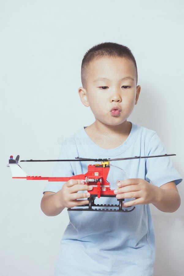 Garçon jouant l'hélicoptère images stock