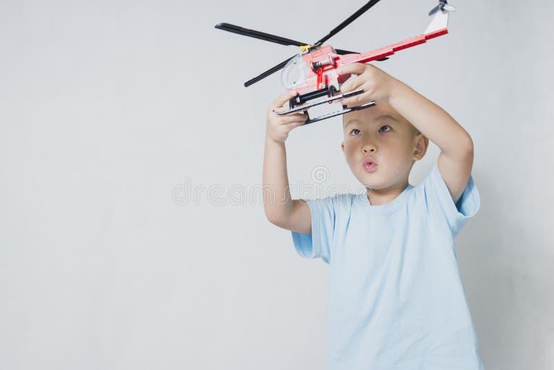 Garçon jouant l'hélicoptère photographie stock