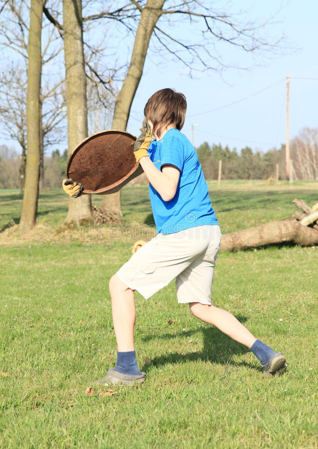 Garçon jouant le frisbee photos stock