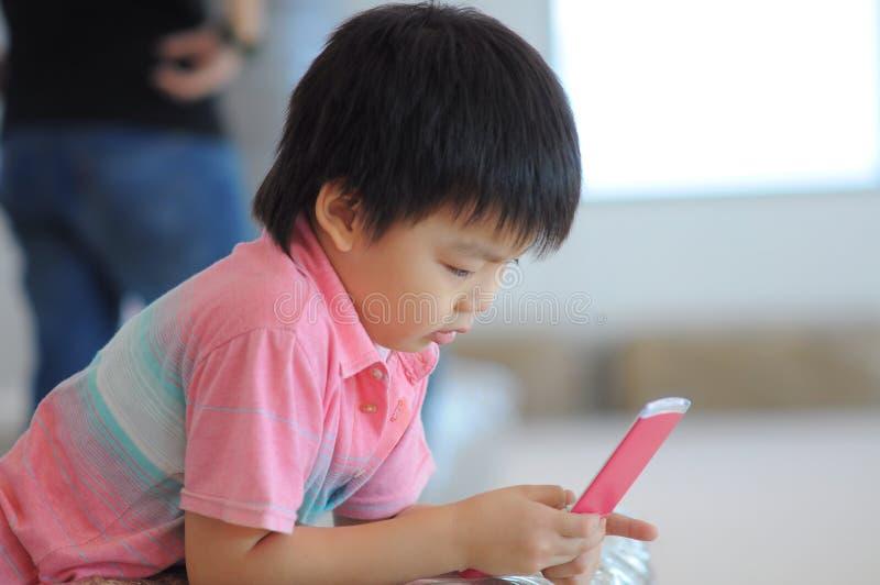 Garçon jouant le jeu photographie stock libre de droits