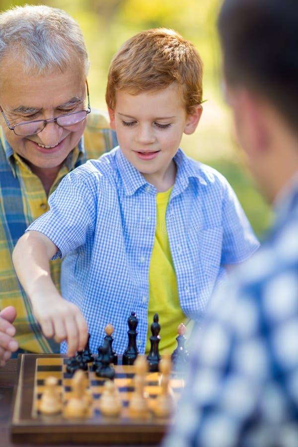 Garçon jouant le jeu d'échecs images stock