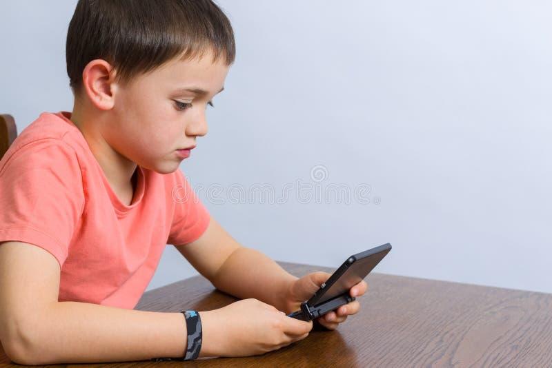 Garçon jouant le jeu vidéo photo libre de droits