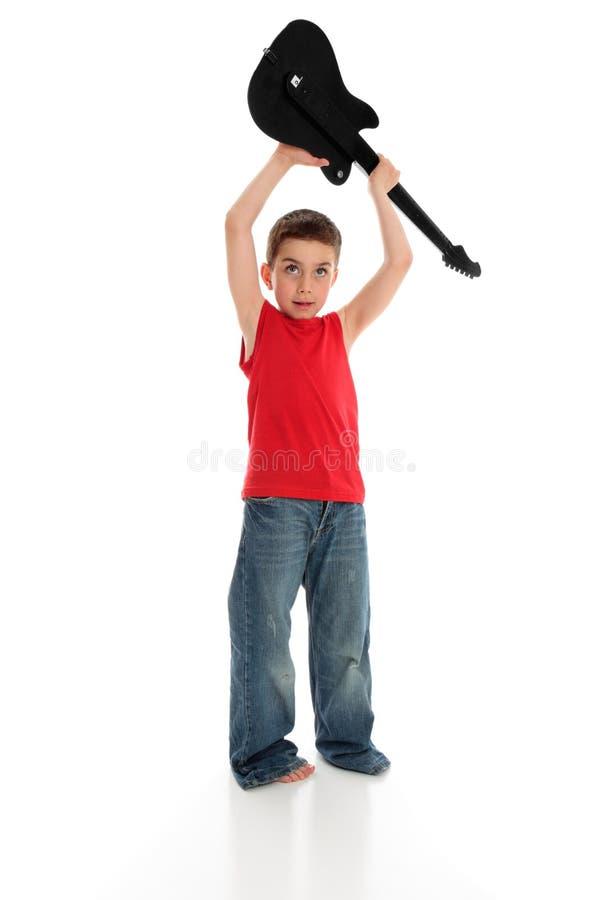 Garçon jouant le temps système de guitare de fixation image libre de droits