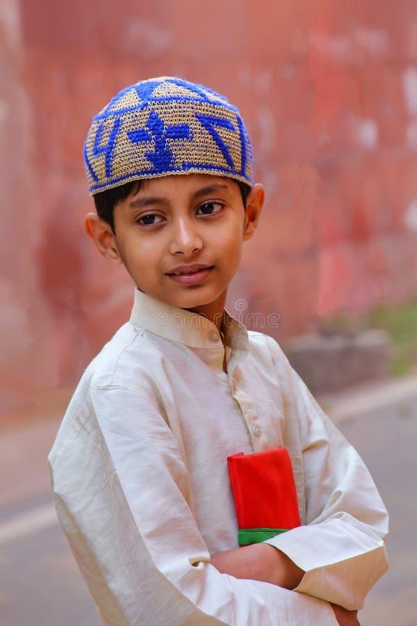Garçon local se tenant près du mur du complexe de Taj Mahal à Âgrâ, U photo stock