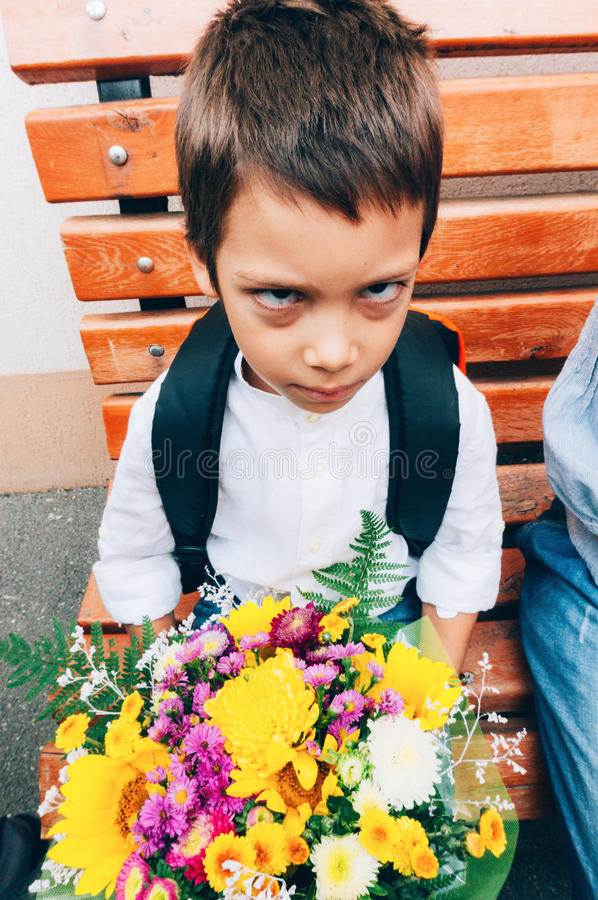 Garçon malheureux son premier jour d'école photos libres de droits
