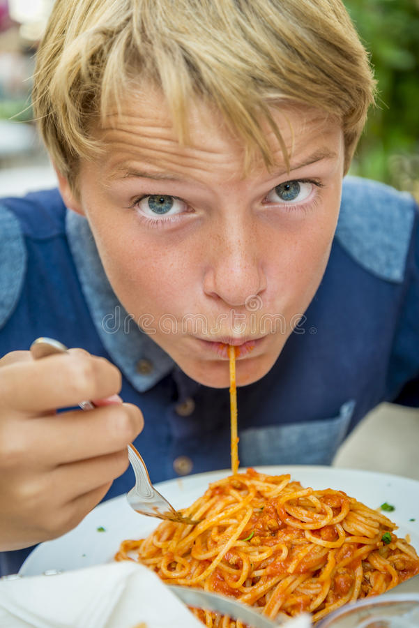 Garçon mangeant des spaghetti photos libres de droits