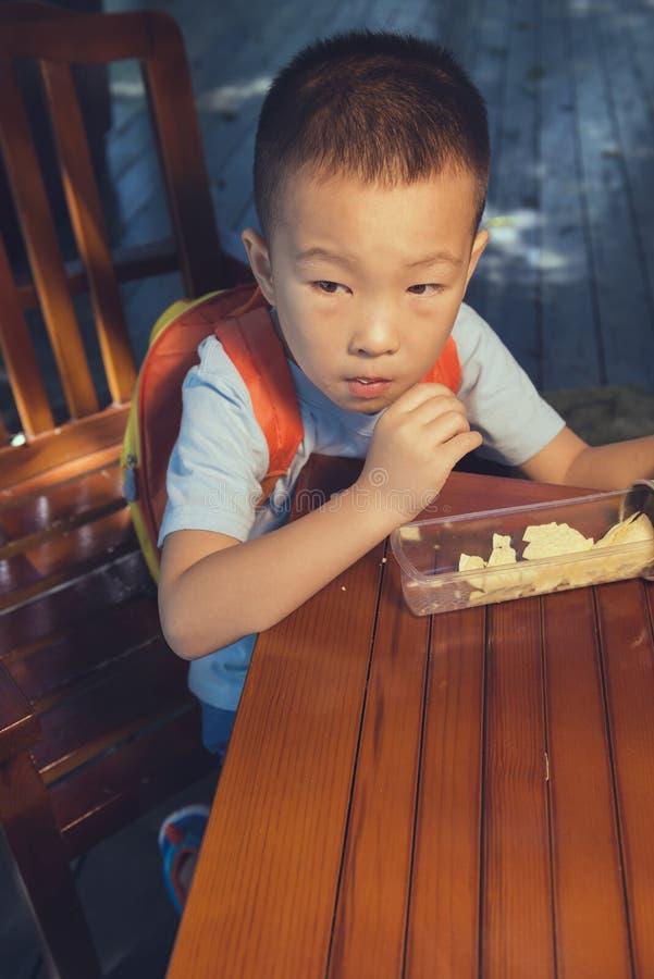 Garçon mangeant le biscuit photographie stock libre de droits