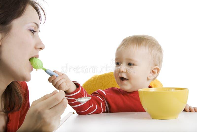 Garçon mangeant le déjeuner photos libres de droits