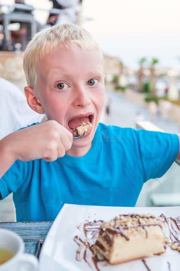 Garçon mangeant un gâteau images libres de droits