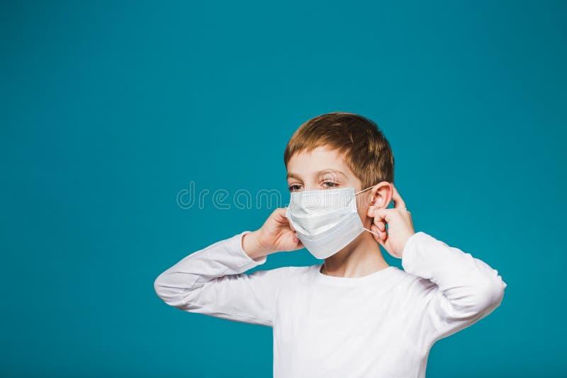 Garçon mettant sur le masque de protection photo libre de droits