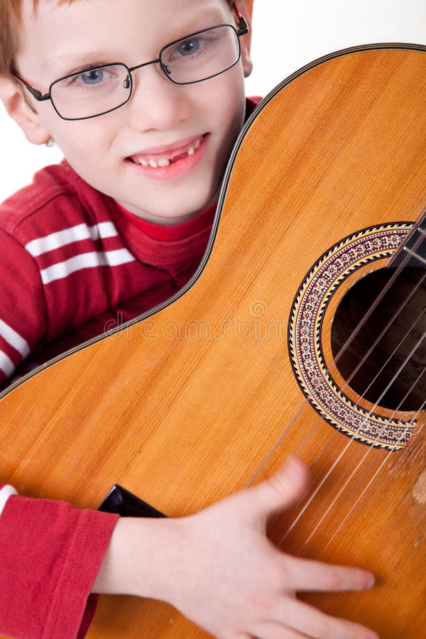 Garçon mignon avec une guitare, photos libres de droits