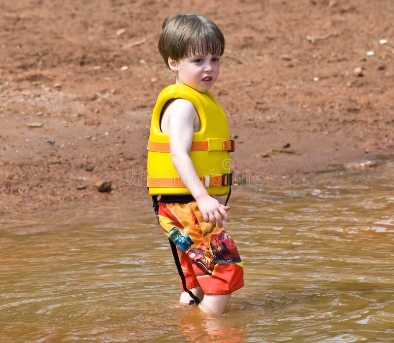 Garçon mignon dans la boue photos libres de droits