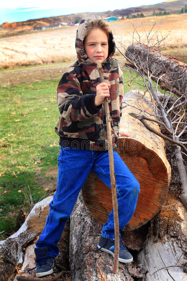 Garçon mignon dans le Hoodie de Camo photographie stock