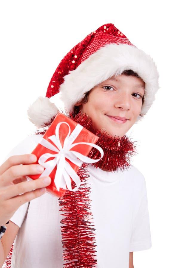 Garçon mignon de Noël avec un cadeau rouge images libres de droits
