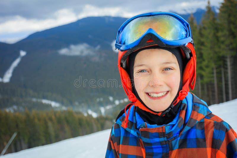 Garçon mignon de skieur dans une station de sports d'hiver d'hiver images libres de droits