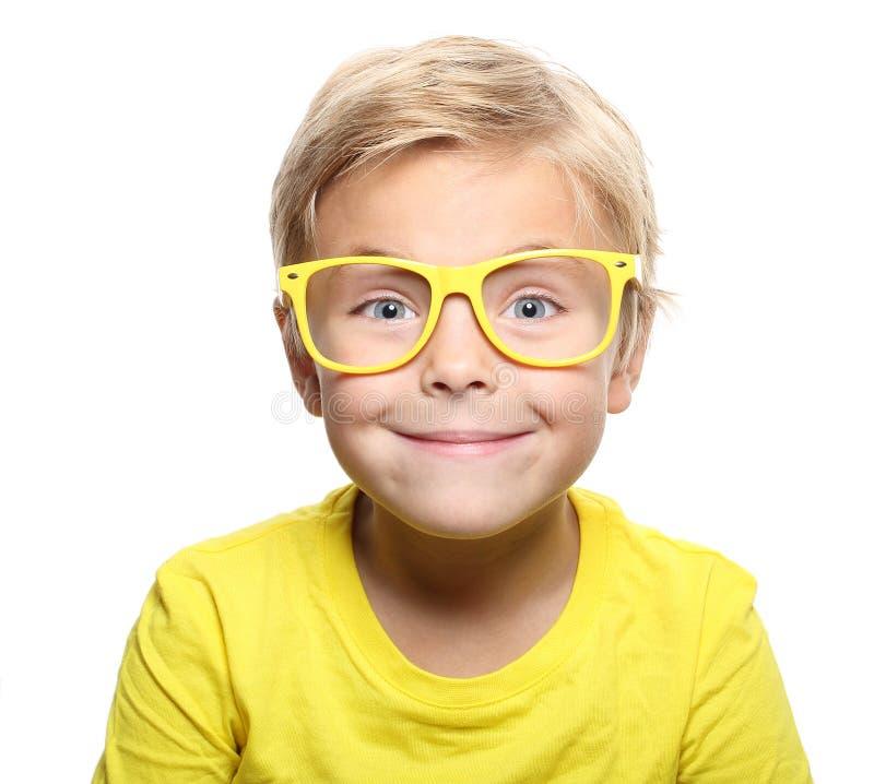 Garçon mignon heureux avec les verres jaunes images stock