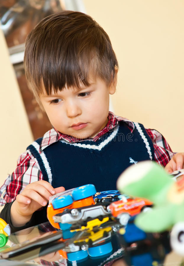Garçon mignon jouant avec des jouets photo stock