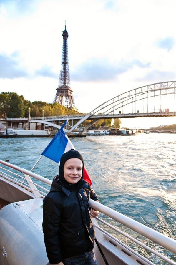 Garçon mignon se déplaçant à Paris photo stock