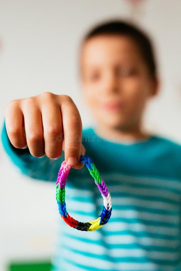 Garçon montrant le bracelet d'amitié photos libres de droits