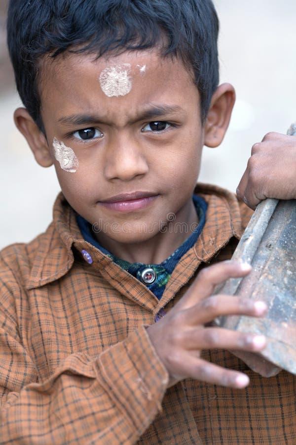Garçon népalais travaillant dans le chantier à Katmandou, Népal photos stock