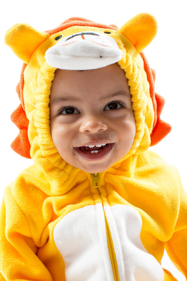 Garçon noir d'enfant, habillé dans le costume de carnaval de lion, d'isolement sur le fond blanc. Zodiaque de bébé - signe Lion. photos libres de droits