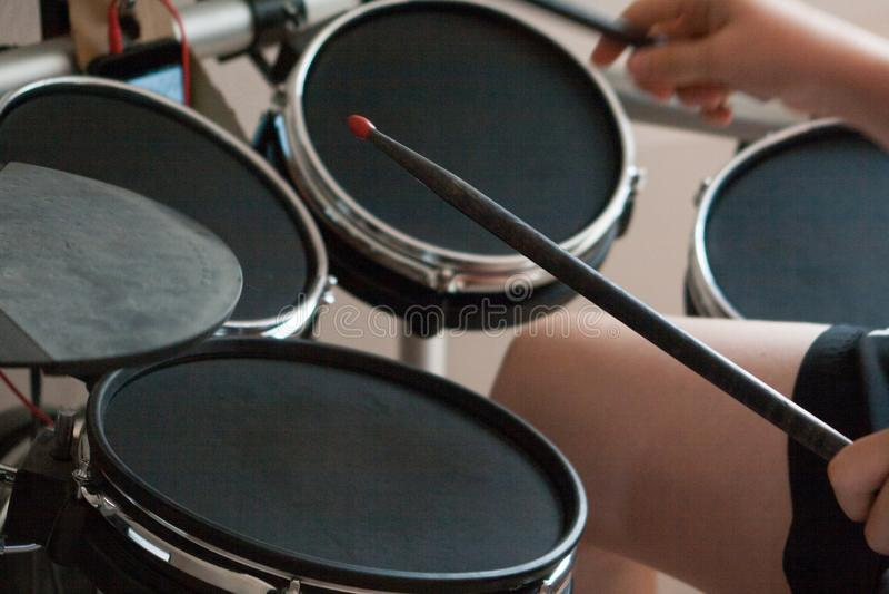 Garçon non reconnu pratiquant le plan rapproché électronique de tambours photo libre de droits