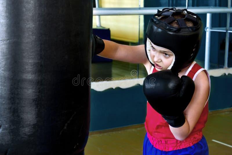 Garçon occupé dans la boxe photographie stock