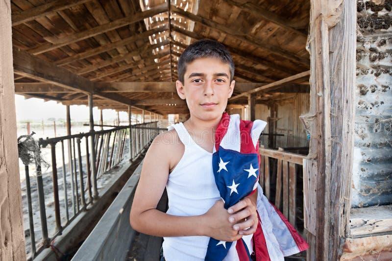 Garçon patriote dans la vieille grange image stock