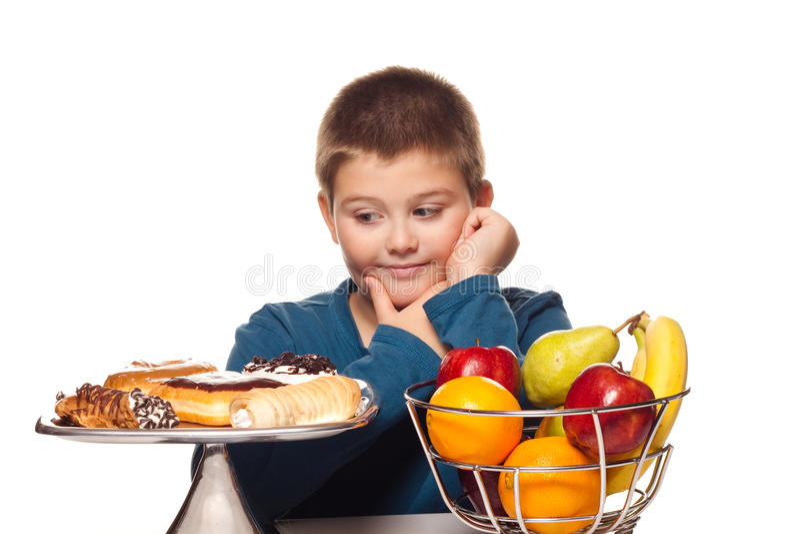 Garçon pensant à un choix de nourriture photo libre de droits