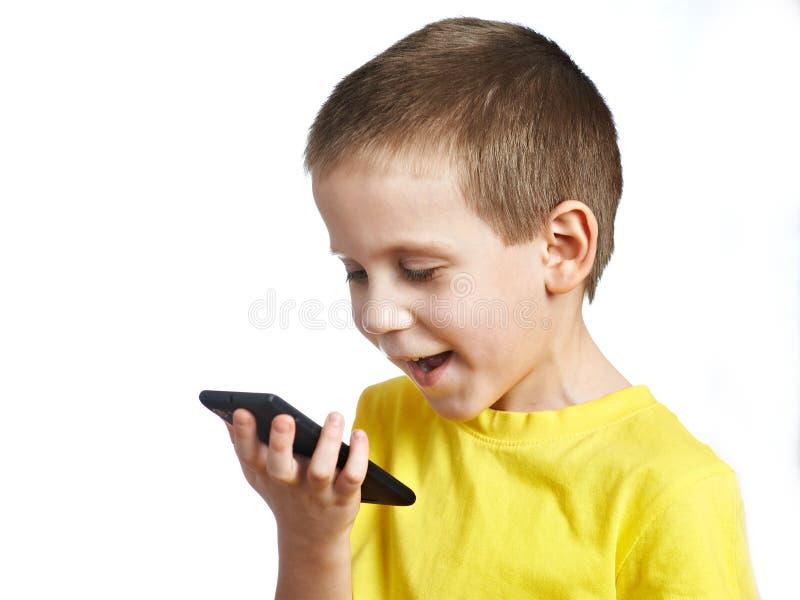 garçon peu de parler de téléphone image libre de droits