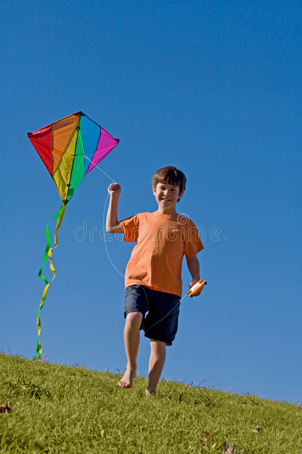 Garçon pilotant un cerf-volant photo stock