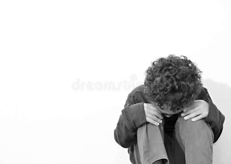 Garçon pleurant dans la pauvreté photographie stock libre de droits