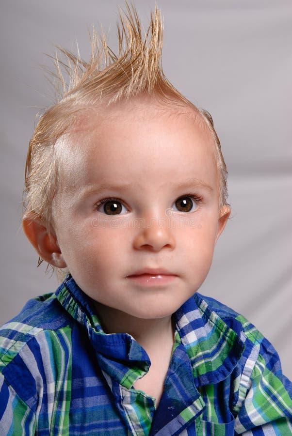 Garçon pointu d enfant en bas âge de cheveu