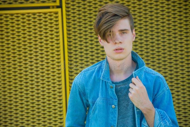 Garçon posant en denim bleu, modèle adolescent photo libre de droits