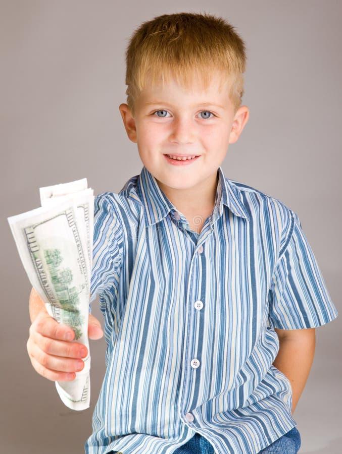 Garçon préscolaire donnant l'argent image libre de droits