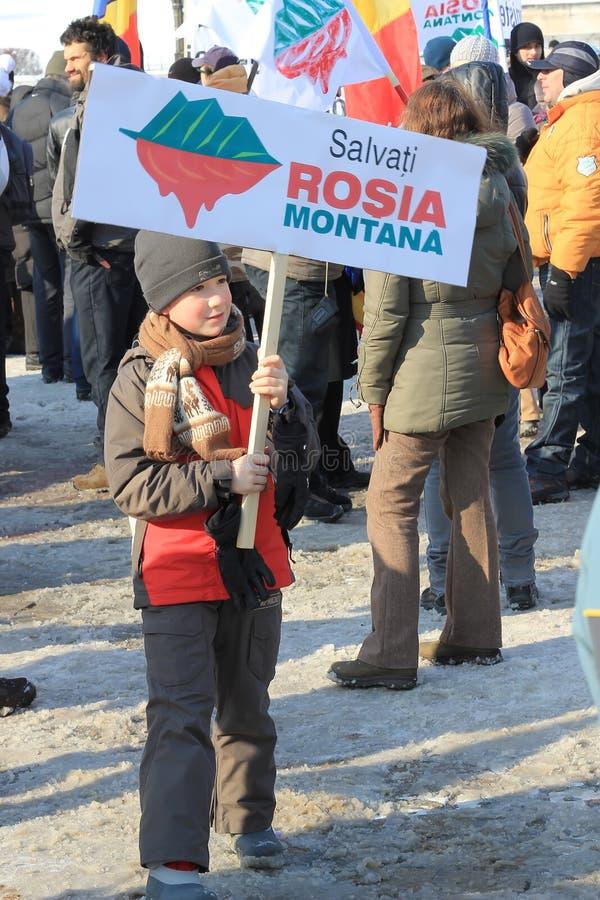 Garçon protestant contre l'extraction de l'or de cyanure photographie stock libre de droits