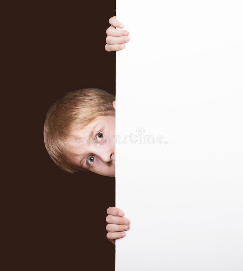 Garçon regardant au coin de la rue photos libres de droits