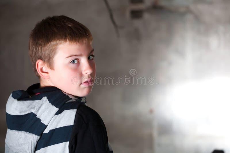 Garçon regardant au-dessus de l'épaule photos libres de droits