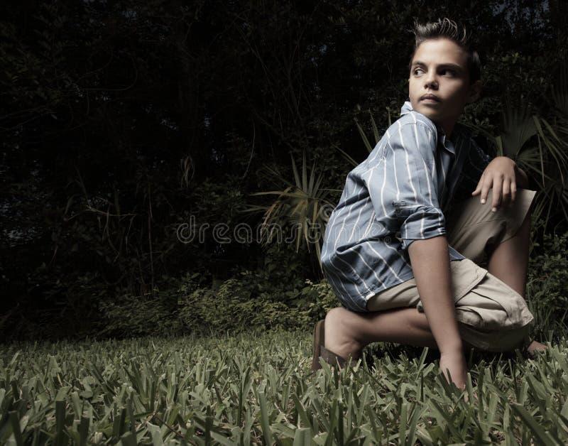 Garçon regardant au-dessus de son épaule photo libre de droits