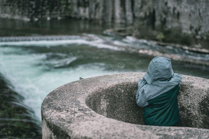 Garçon regardant la rivière photos stock