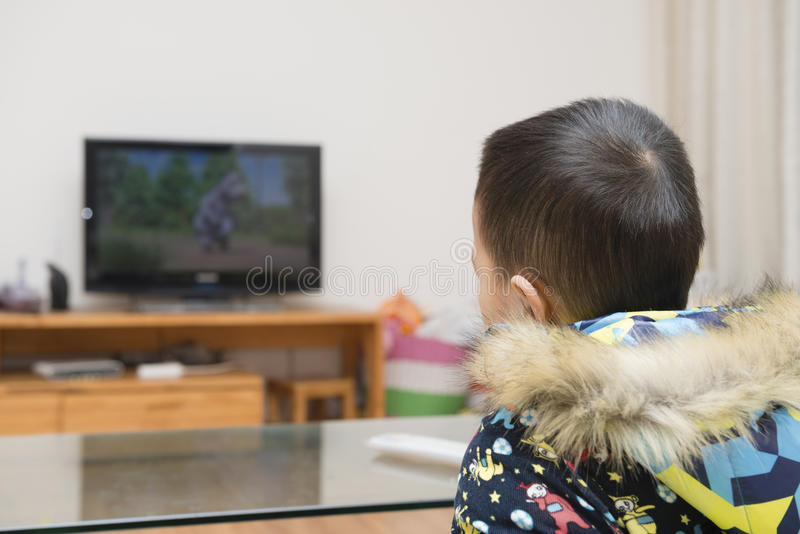 Garçon regardant la TV photographie stock
