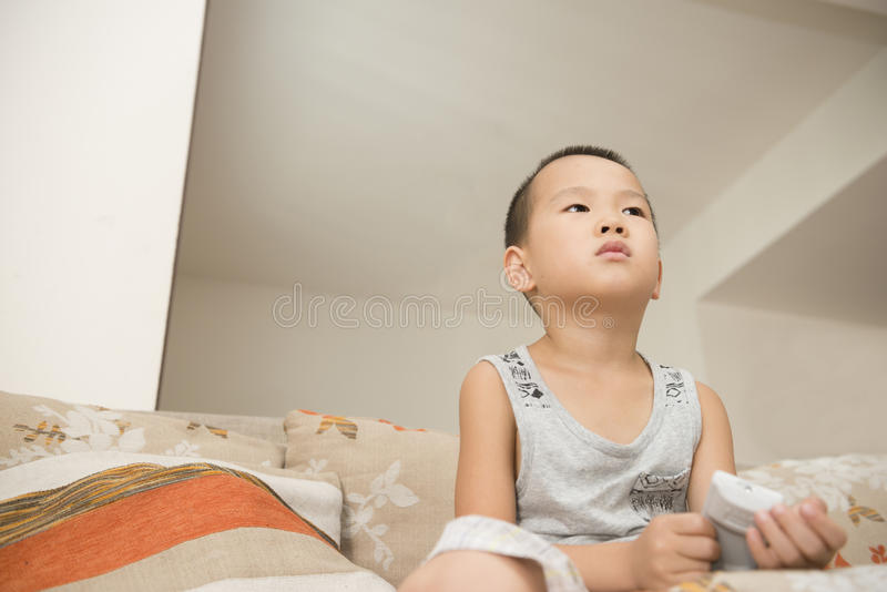 Garçon regardant la TV photos stock