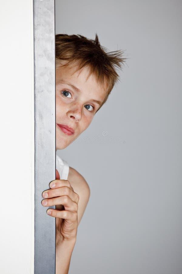 Garçon regardant peu un timide image libre de droits