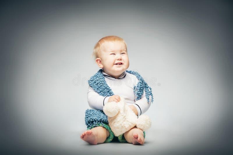 Garçon riant dans l'habillement en pastel images stock