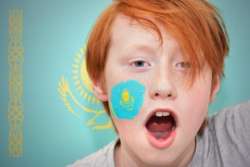 Garçon roux de fan avec le drapeau de kazakh peint sur son visage images libres de droits