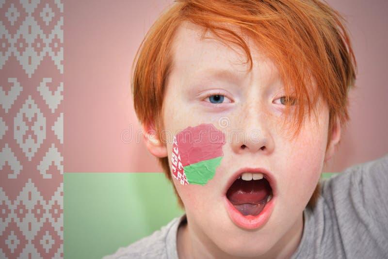 Garçon roux de fan avec le drapeau de la Biélorussie peint sur son visage photographie stock libre de droits