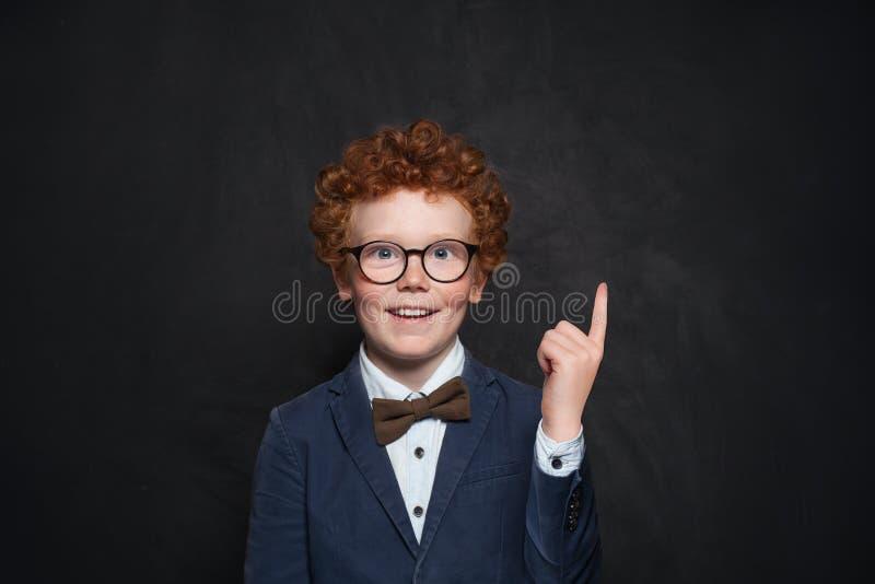 Garçon roux heureux se dirigeant sur le fond de tableau avec l'espace de copie photo libre de droits