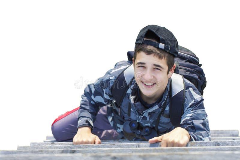 Garçon s'élevant sur les escaliers en bois photo libre de droits