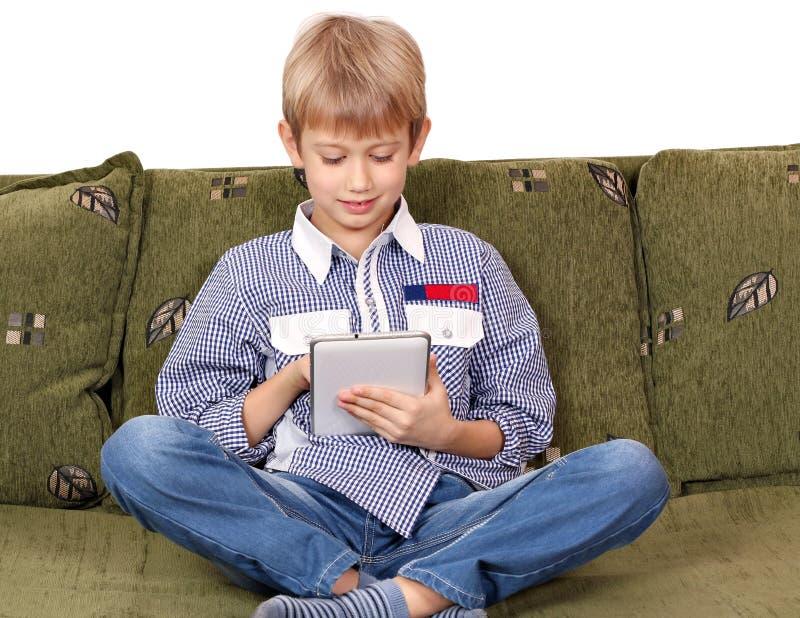 Jeu de garçon avec le PC de comprimé images libres de droits
