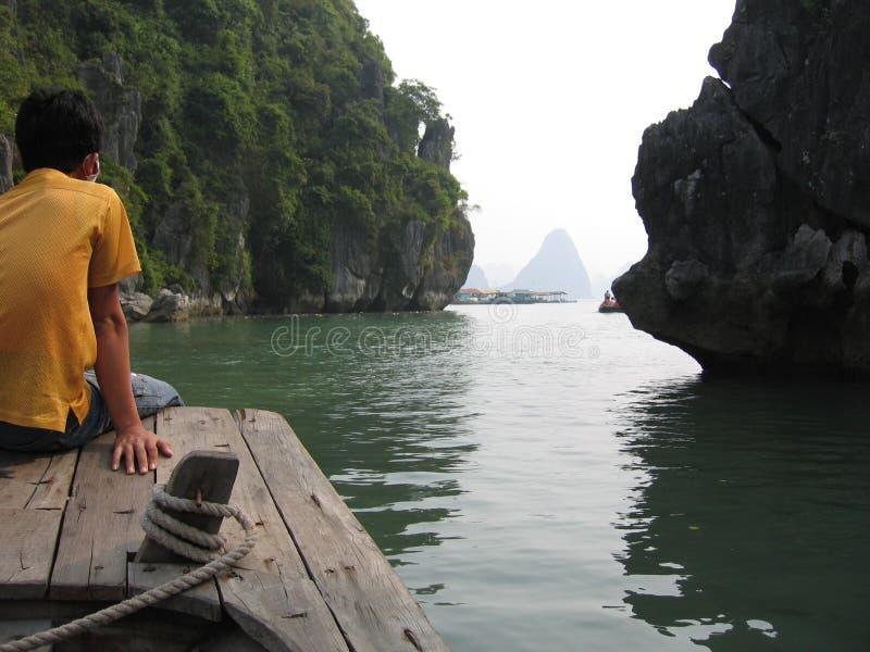 Garçon scrutant à l'extérieur à la mer image stock